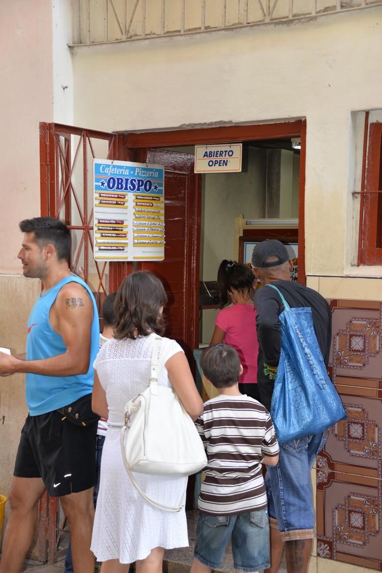 小食店就开一道小门或小窗户,游客也不例外,都得排队。