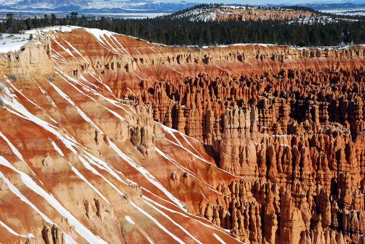 白雪柔和峡谷刚强的线条。
