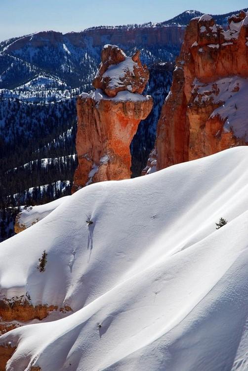 白雪覆在红色石柱。