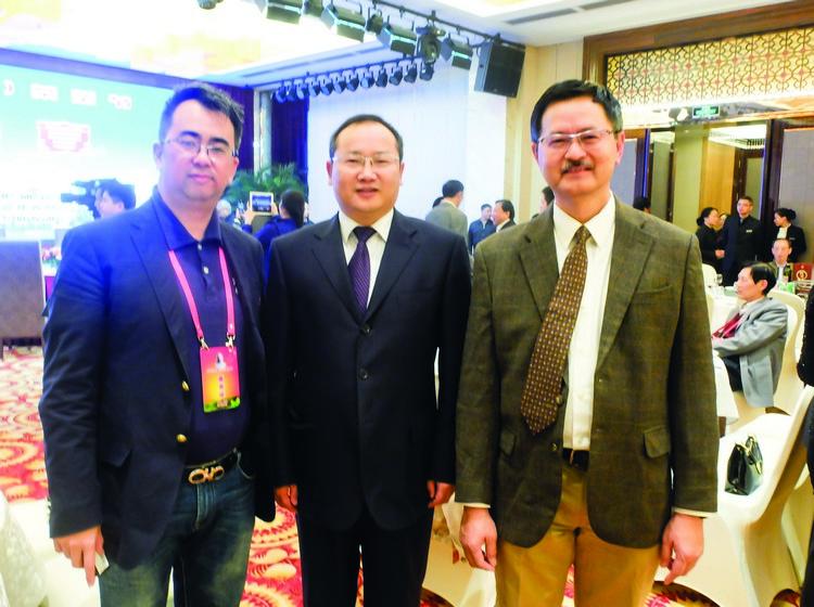 (左起)陈汉铭博士、湖北省天门市人民政府市长吴锦、大马湖北同乡会会长张麒麟