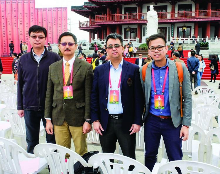 (左起)余前忠、大马湖北同乡会会长张麒麟、陈汉铭博士、梁国忠