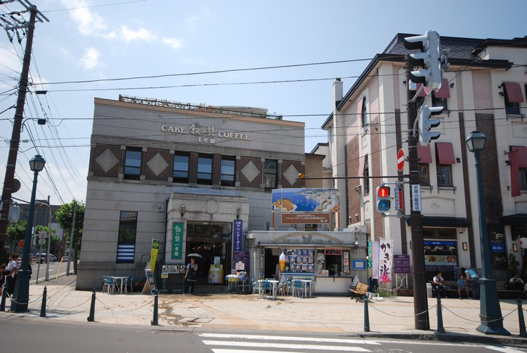 一路上,你都会经过多间从里到外都相当精致的商店。