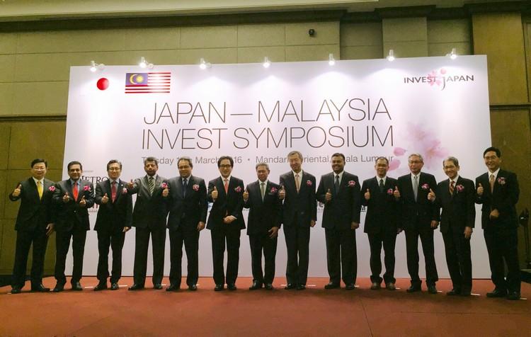 蘋果集团董事经理拿督斯里许育兴(左3)受邀分享在日本的创业兼经营经验。左6、7、8分别为JETRO理事长 石毛 博行(Hiroyuki Ishige)、国际贸易与工业部部长 拿督斯里慕斯达法(Dato' Sri Mustapa Mohamed)、日本驻马大使 官川 真喜雄(Makio Miyagawa)。