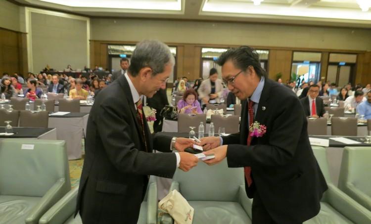 座谈会结束后,众人纷纷前来与Koh san交流。
