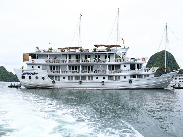 这艘阿佛洛狄忒游轮酒店陪着我们在下龙湾海面上度过2天1夜。
