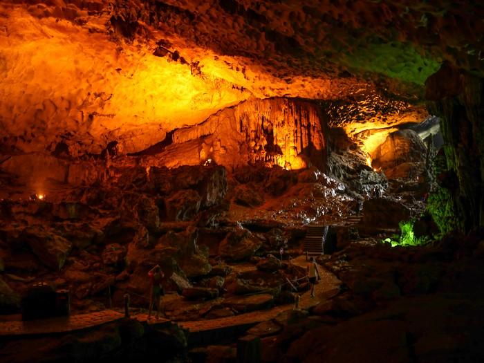 天空洞内奇形怪状的钟乳石和石笋,犹如进入神话中的奇幻世界。