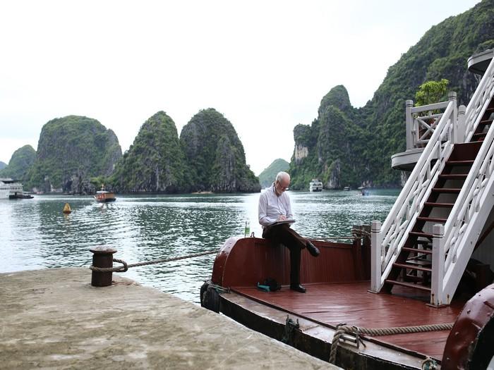 老人家的身影融入了周围的环境,给人的感觉是那么地悠闲、遐意。