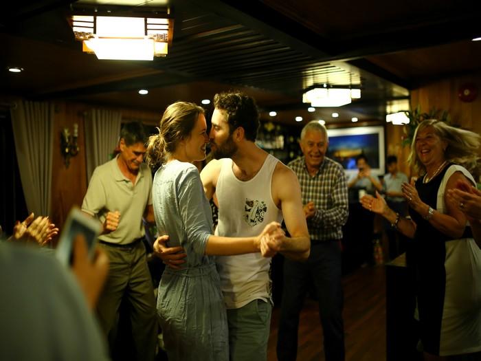 在下龙湾的船上,情侣间随着歌曲浪漫起舞,犹如电影情节般浪漫不已。