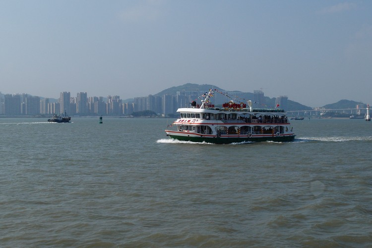 由于是个独立小岛,得需乘搭水上交通工具才能抵达。
