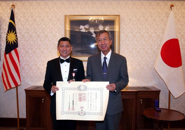 """大马旅游达人李益辉(李桑)获日本颁发""""旭日双光章"""",表彰他推动日马旅游业发展。他欣赏日本人的""""职人精神"""",以及对人生的态度。"""