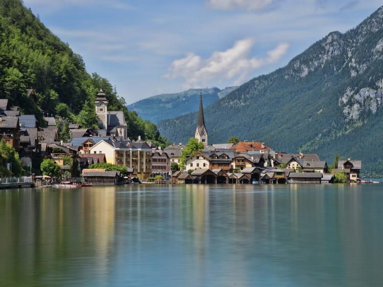 与山水融为一体的村子,造就如童话般的景致。