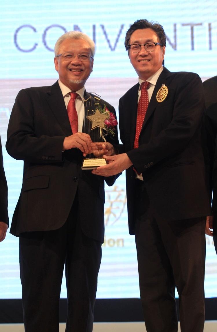 """第二财长拿督斯里阿末胡斯尼颁发""""产品与服务品质卓越奖""""予许育兴。"""