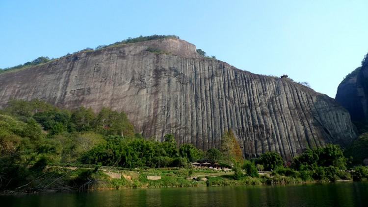 """未登天游峰前,会看见这无比巨大的山岩,由于经过多年的雨水冲刷,留下的痕迹像似一块布摊在石岩上晒,人之称为""""晒布岩""""。"""