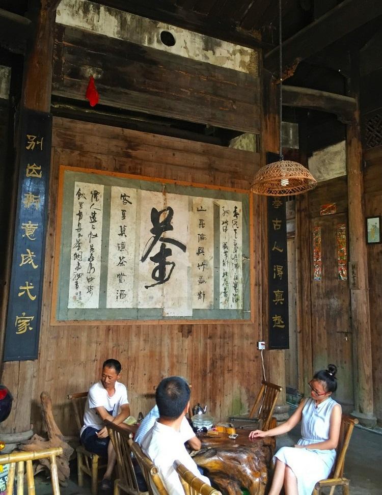 泡茶在武夷山这个地方是种生活象征。家家户户都会在小桌放上茶具,开始叹茶叹生活。