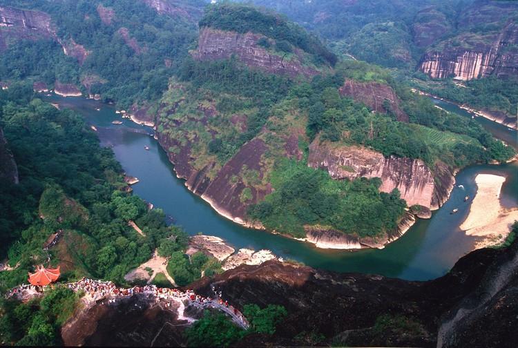 天游峰下的是九曲溪中的六曲流径,也是较有象征的景色之一。