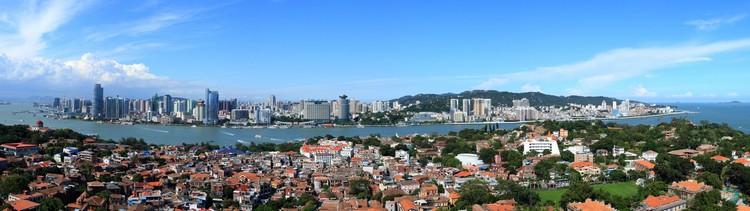 """厦门,从1991年起得到了许多殊荣:于2011年被列为""""最浪漫休闲城市"""";2015年荣获中国十大智慧城市,是城市绿化典范、中国宜居的城市之一。"""