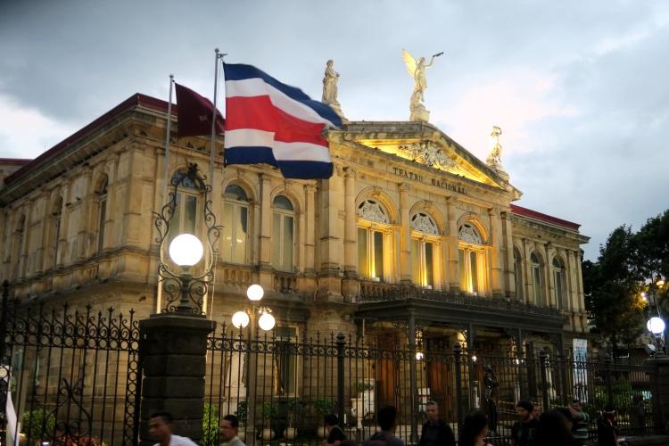 西班牙殖民地时代建造的首都圣荷西国家剧院;戏里戏外都耐看。