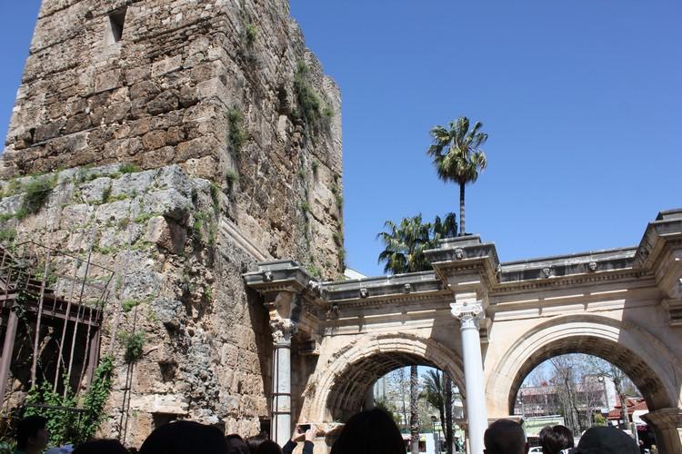哈德良门(Hadrian's Gate)为老城区之旅拉开序幕!
