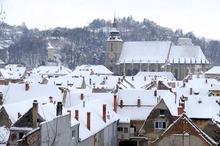 让布拉索夫最自豪的黑色教堂(Black Church),1689年奥地利军队放火烧城,教堂因此被熏黑。熏黑的外观经过长期的整修仍然无法恢复原观。