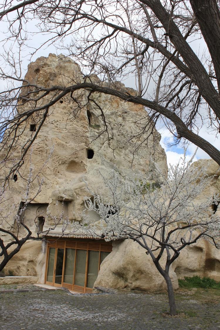 数个世纪前,人们还在这些岩层中掏凿窑洞居住生活。