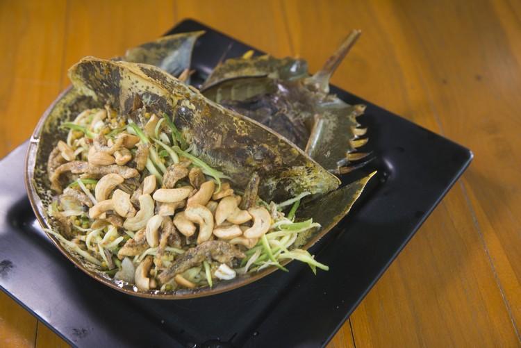Spicy Horseshoe Crab Salad(330泰铢) 取鲎的籽,加青芒果、江鱼仔、腰豆等调成泰式沙拉,相当开胃的一道菜。