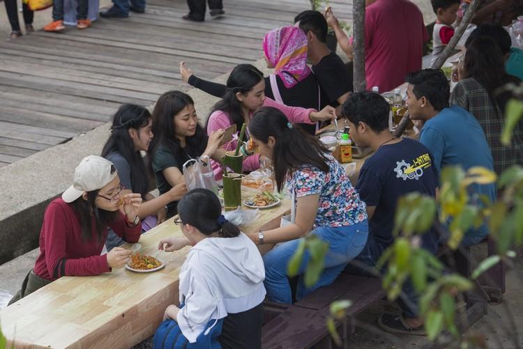 买好食物,就坐在特别架设的露天食堂用餐,大快朵颐、让相机先吃或来张自拍都没问题。