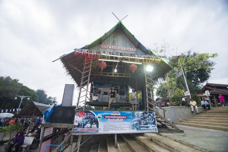 现场设有开放式KTV,欢迎顾客登台演唱,深受欢迎。