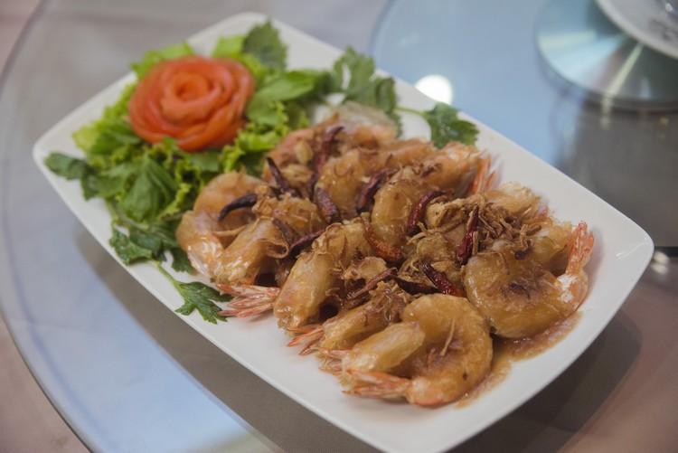Fried Fresh Water Shrimp with Tamarind Sauce(800泰铢) 新鲜淡水虾炸后淋上酸酸的罗望子酱,肉鲜酱提味。