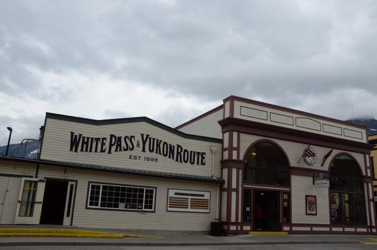 来到史凯威不得不坐的白隘(White Pass)-育空(Tukon)的观光铁路。