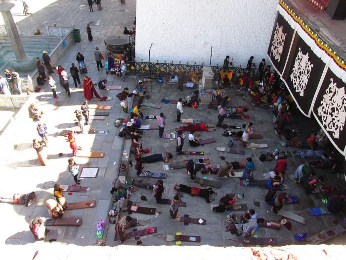 五体投地,顶礼膜拜,是对神明最恭敬的行李仪式。