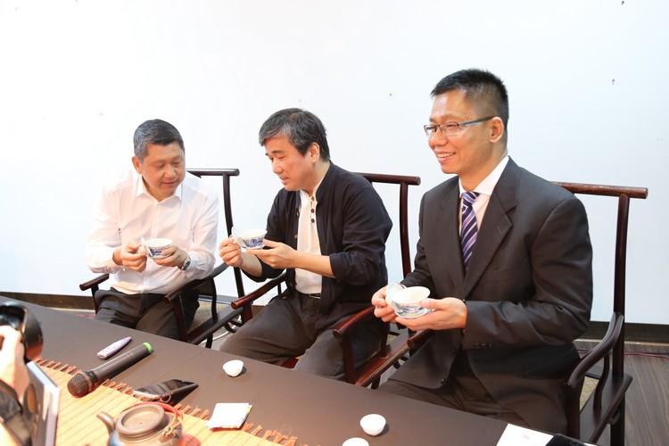 三位主讲人当然也少不了以茶相互交流。