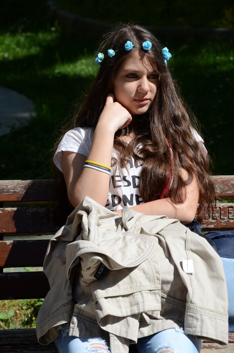 广场上的女子。