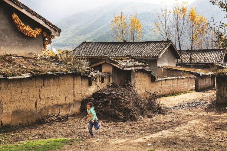 传统的彝族民居多为土屋设计,泥墙无窗,屋顶用木瓦盖成。
