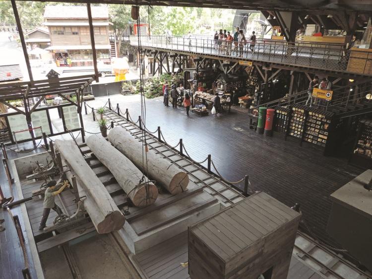 模拟当年木业制造厂内的场景的背景。