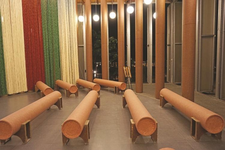 圆筒状的长椅,也是由高纤维纸管制成。
