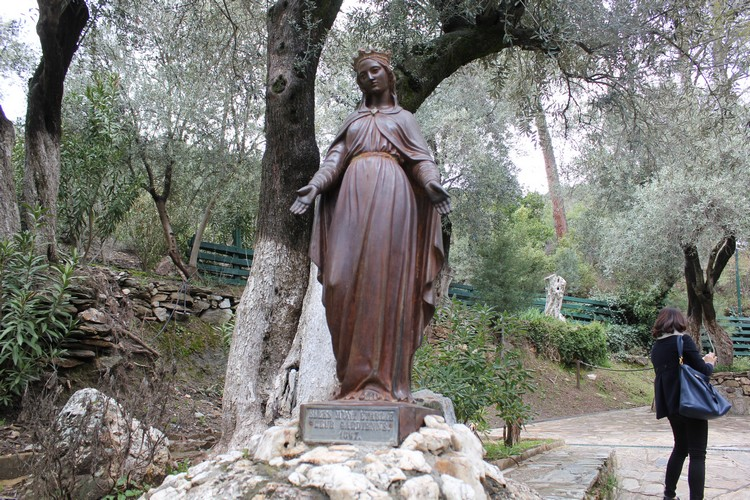 圣母玛利亚的雕塑。