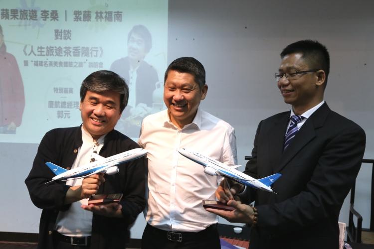 蘋果集團执行主席拿督斯里李益辉太平绅士(中)和 紫藤集团 林福南 董事长(左),自厦门航空吉隆坡办事处 郭元 总经理(右)接过纪念品。