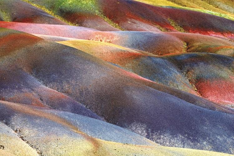 年毛里求斯的七色土景区是世界上罕见,同时拥有七种不同颜色泥土的地区之一。