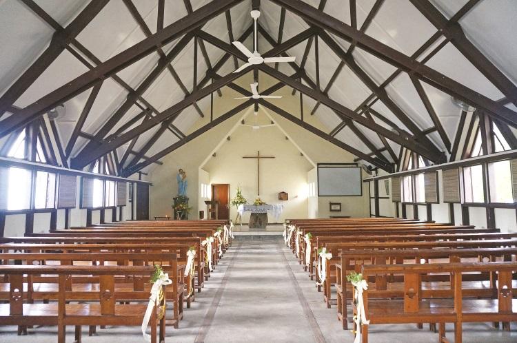 红顶教堂除了其招牌红色屋顶外,内部也有着精美的木质结构。