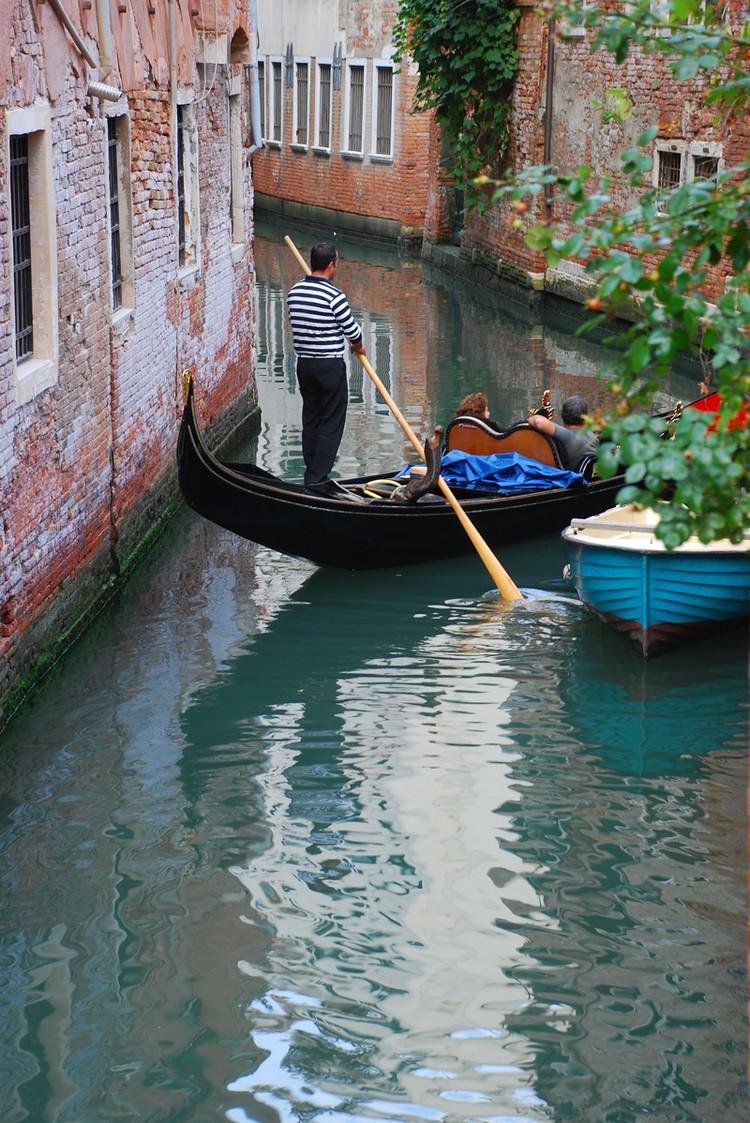 贡多拉,威尼斯特有的人力平底船。船身古朴,船形弯弯。为了平衡船尾船夫重量,船头部分是用钢材制作的具有代表意义的特异造型。