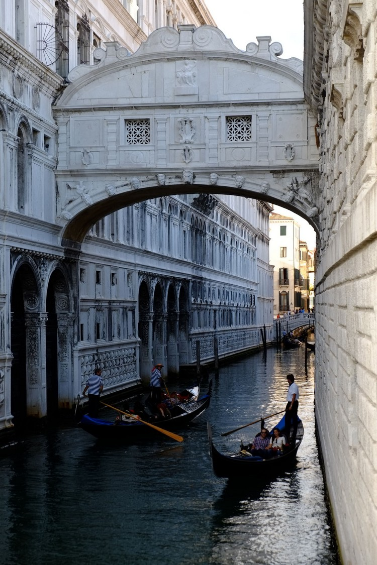 叹息桥建于1603年,是连结着总督府和威尼斯监狱的一座巴洛克式风格的石桥。