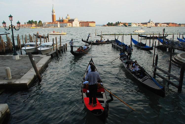 4) 威尼斯的历史相传开始于公元453年;当时威尼斯的居民为了逃避酷嗜刀兵的游牧民族,转而避往亚德里亚海中的这个小岛。