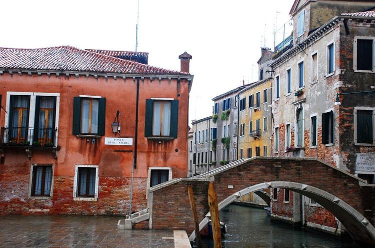 威尼斯到目前为止有404座桥,这些桥的造型风格各异。有的庄重、有的精巧、有石桥,也有廊桥。