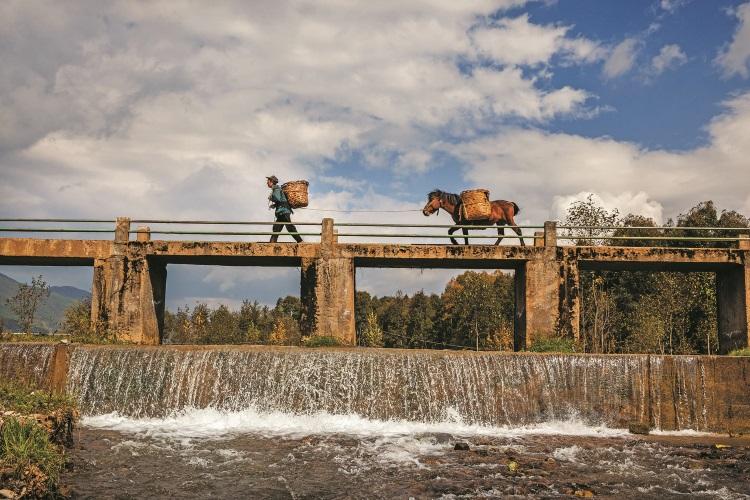 这座桥是当地政府搭建给村民的。在这之前,村民每逢下雨都得兜更远的山路才能走出村寨。