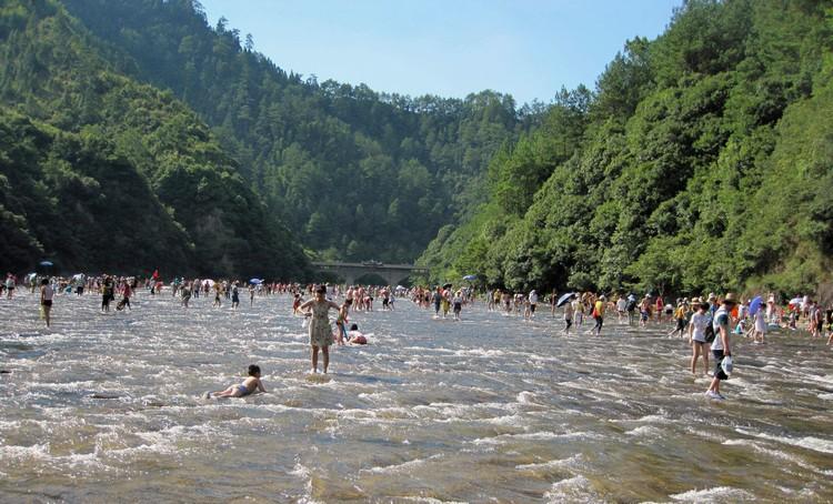 白水洋平坦的岩石河床一石而就的地貌,让它成为鸳鸯溪五大景区中最具特色的天然景观。