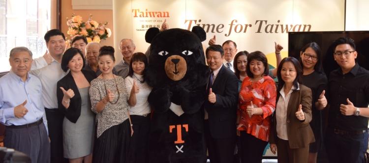 台湾观光局吉隆坡办事处 曹逸书 主任(前排右5)与大马和台湾顶尖旅游社合作,为大马家庭提供各种假期及旅游配套。
