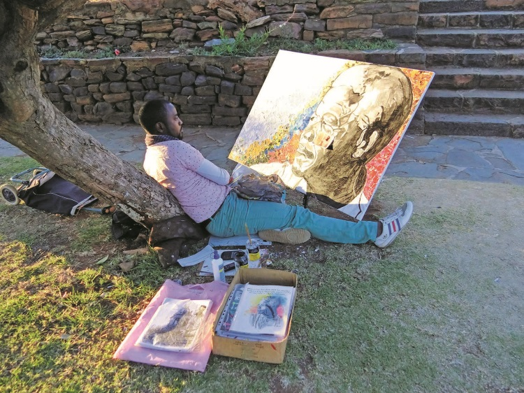 曼德拉在南非人民的心目中有着极高的地位,联合大厦前就有着一些画家在画着曼德拉的画像。