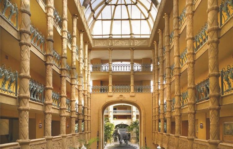 随处可见石柱与巨门,让人仿佛有种误闯时光隧道,走入古代的错觉。(照片由太阳城提供)