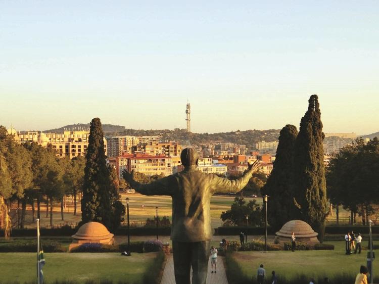 曼德拉张开双臂,拥抱着他最爱的那片土地——南非。