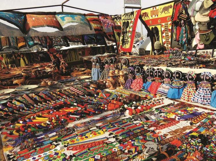 摊贩售卖着各式各样的非洲特色工艺品。
